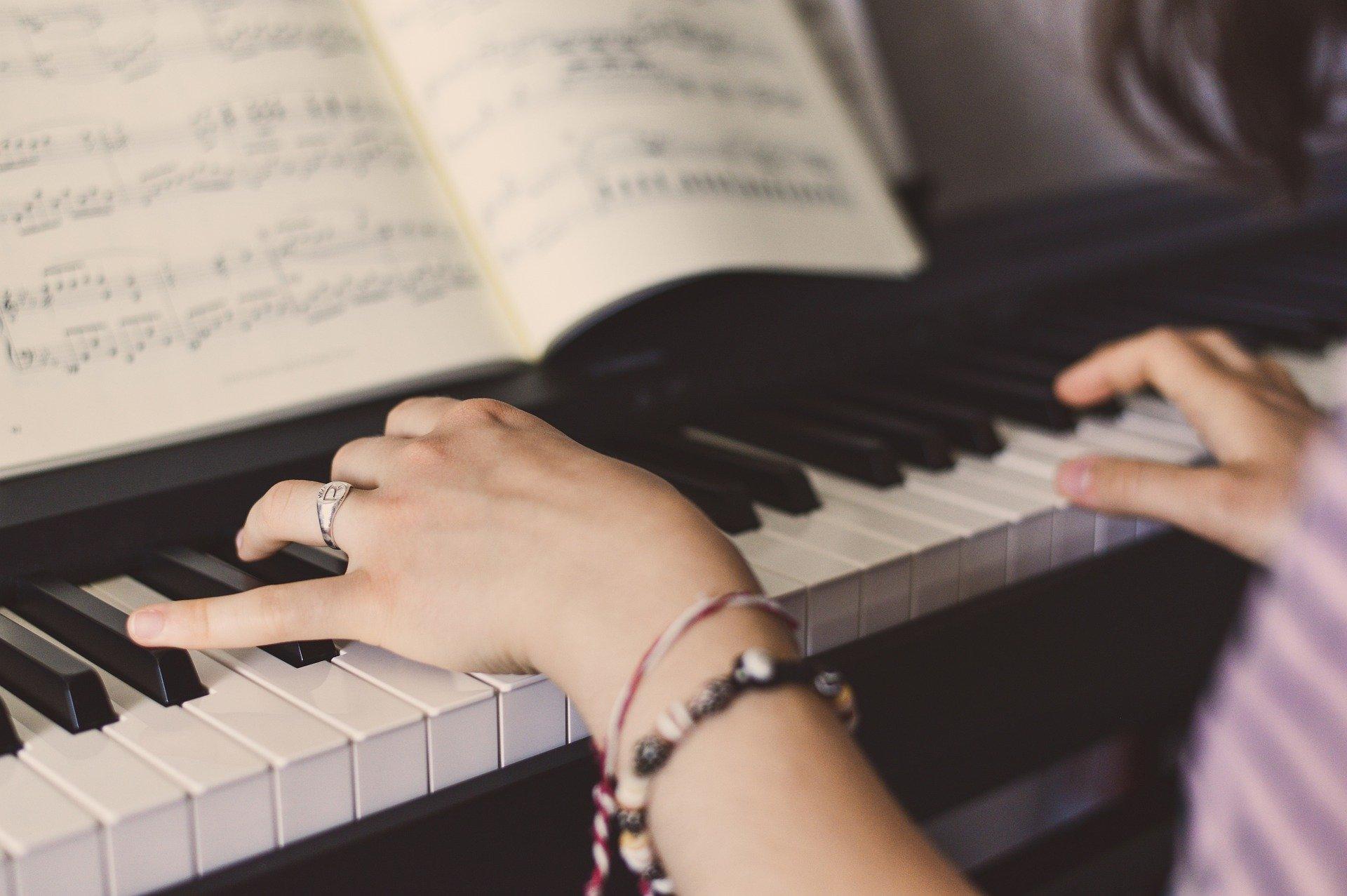 Apprendre le piano en autodidacte : bonne idée ou pas ?
